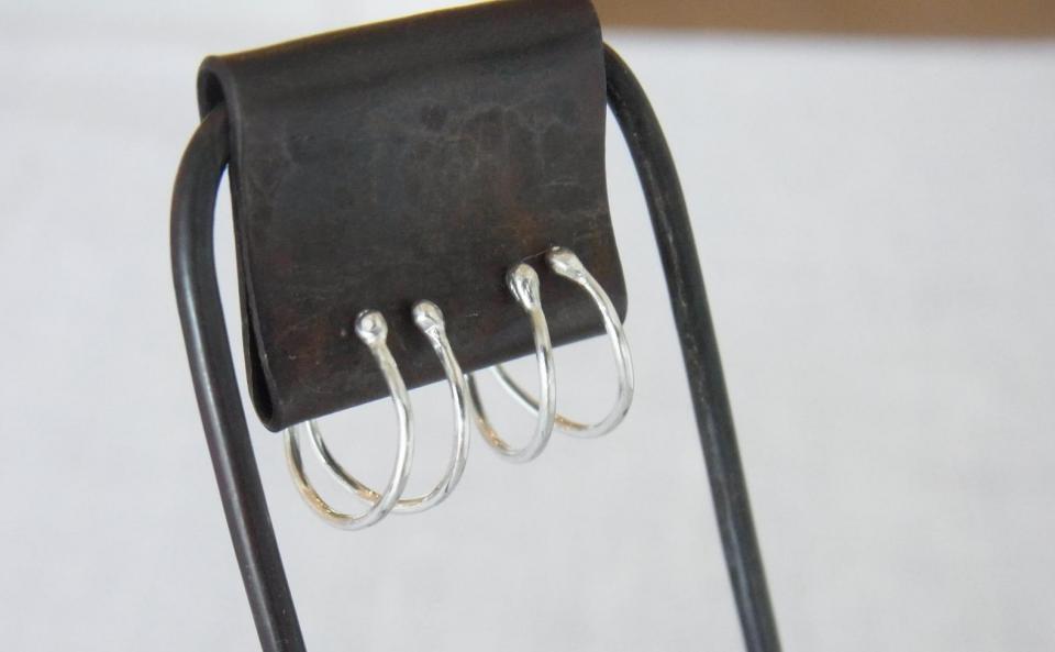 シンプルなデザインと軽やかな着け心地のノンホールピアス。仕上げにヘラという硬い金属を使った工具でしごき磨くことで、銀線の美しさを引き出し、金属に弾性を持たせてます。