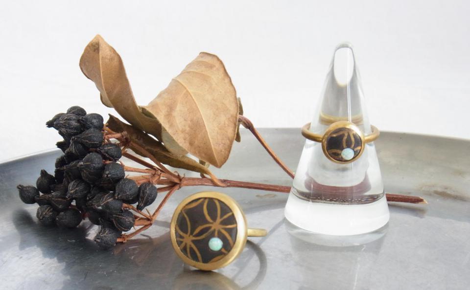 オパールのリング(七宝柄) L・S 銅板に真鍮線を打ち込み、銅だけ黒く着色しくっきりと七宝柄を際立たせています。和装にも合わせたいモダンながら趣のある作品。
