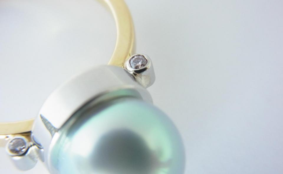 アコヤパールのサイドのダイヤモンドは片面にホワイト、もう片面にはピンクを配して。