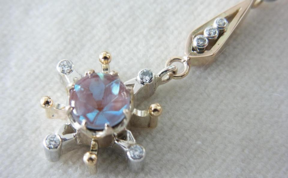 サフィレットから放射状にのびるゴールドとシルバーの先端にボールやダイヤを留めて。