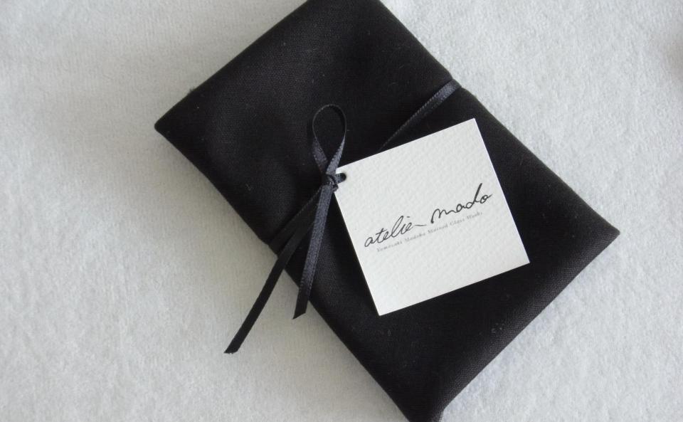 リボンのついた黒い布にお包みして。専用BOXもご用意しております。